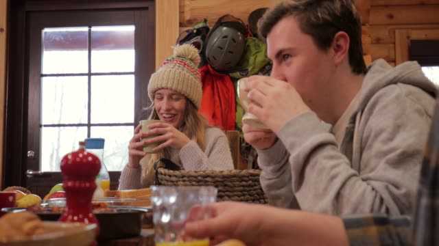socialising over breakfast before skiing - attività del fine settimana video stock e b–roll