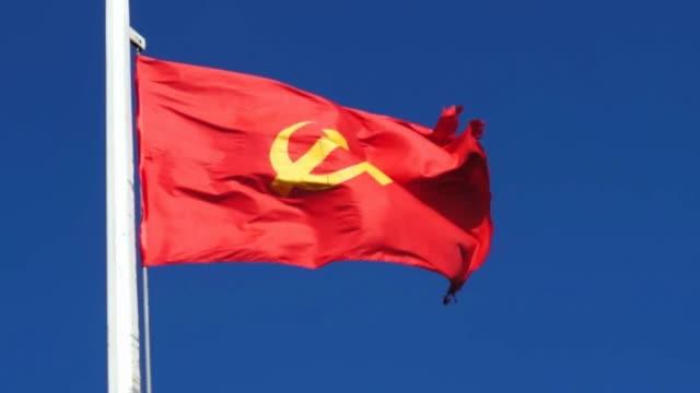 sozialistischen fahne mit hammer und sichel - kommunismus stock-videos und b-roll-filmmaterial