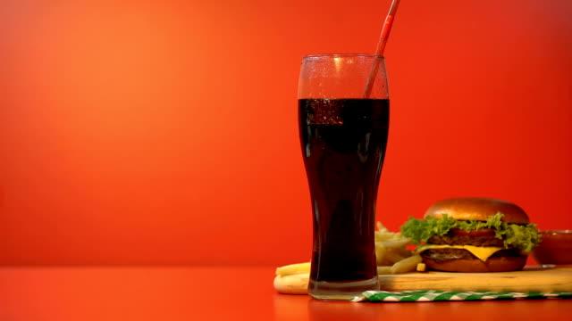 soda znikająca ze szkła, uzależnienie od słodzonego i wysokokalorycznego jedzenia - węglowodan jedzenie filmów i materiałów b-roll