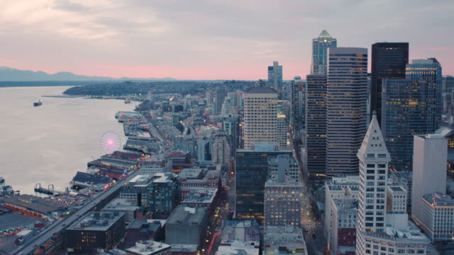 sodo 남쪽 다운 타운 시애틀 스카이 라인 고층 빌딩 공중 헬기 보기 물가 폭등 기술 도시를 내려다보고 - seattle 스톡 비디오 및 b-롤 화면