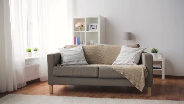 vídeos de stock e filmes b-roll de sofa with cushions at cozy home living room - sofá