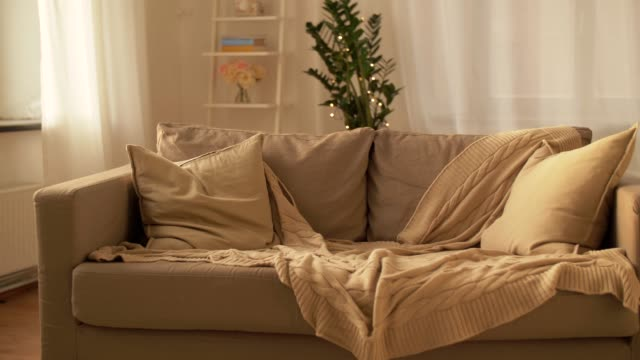 vídeos de stock e filmes b-roll de sofa with cushions at cozy home living room - sala