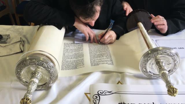 sofer schreibt eine sefer torah auf hebräisch - tora stock-videos und b-roll-filmmaterial