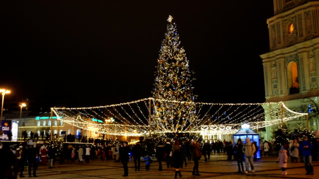 1 月のクリスマス風景と sofievska 広場。主要都市の広場を歩いている人。幸せな人は、キエフ市の中央広場にお祝いコンサートを楽しんでいます。 - 十二月点の映像素材/bロール