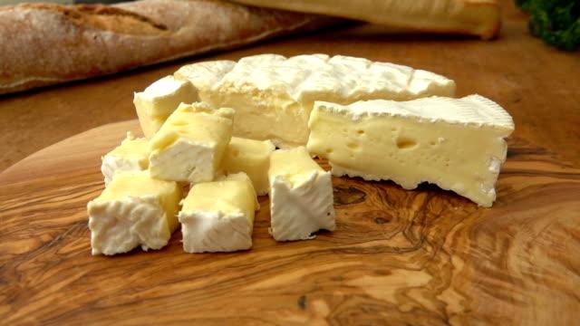 brie käse stoffwürfel auf rustikalen brett - brie stock-videos und b-roll-filmmaterial