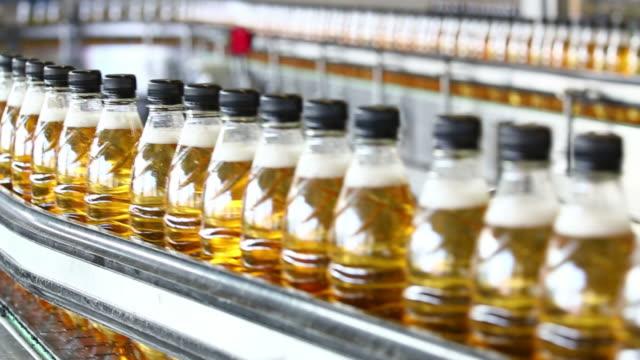 erfrischungsgetränk bottling linie nahaufnahme - alkoholfreies getränk stock-videos und b-roll-filmmaterial