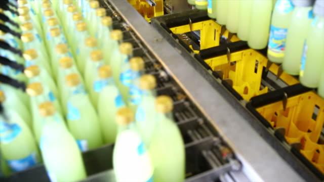 erfrischungsgetränk bottling linie nahaufnahme - etikett stock-videos und b-roll-filmmaterial