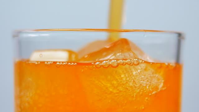 soft drink orange juice - napój filmów i materiałów b-roll