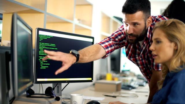 software developers at work - продвижение трудовые отношения стоковые видео и кадры b-roll
