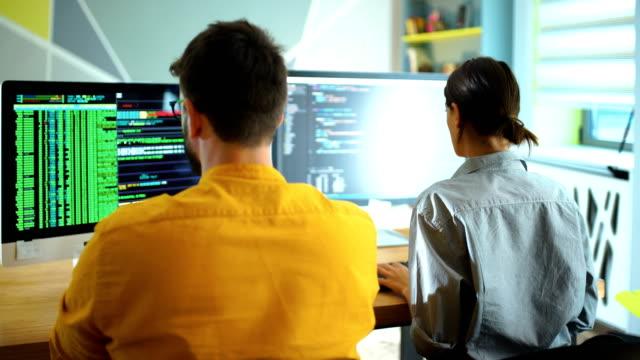 ofiste çalışan yazılım geliştiricileri. - orta yetişkin stok videoları ve detay görüntü çekimi