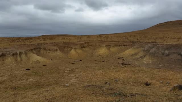 erde erosion wüstenähnliche landschaft - erodiert stock-videos und b-roll-filmmaterial