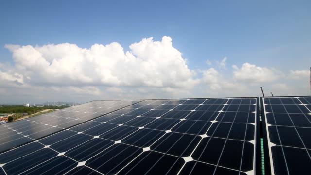 太陽電池で晴れた日 - 屋根点の映像素材/bロール