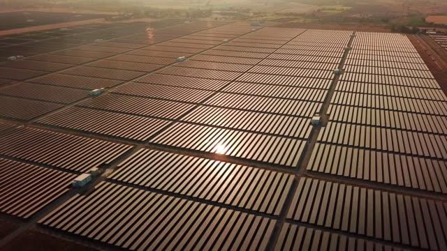 태양 에너지 농장 대체 에너지, 일몰 시간 - 태양 에너지 스톡 비디오 및 b-롤 화면