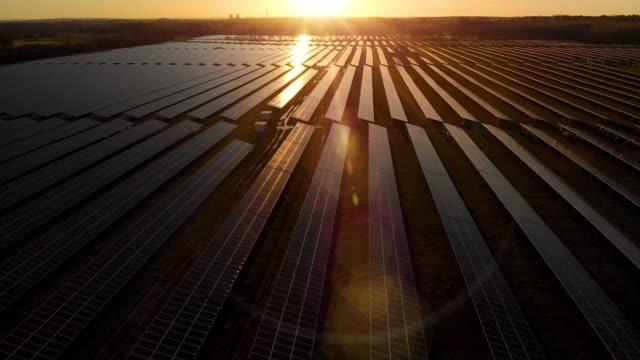 새벽 태양 농장 - 태양열 장비 스톡 비디오 및 b-롤 화면