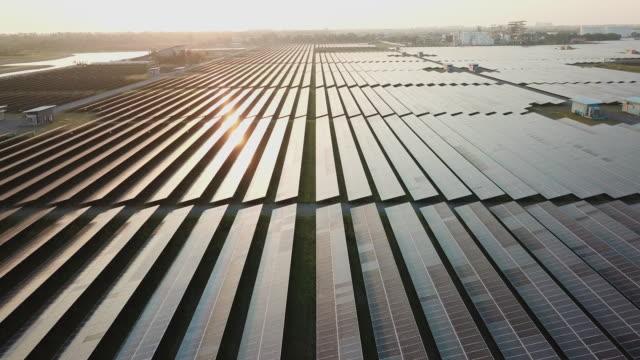 vídeos de stock e filmes b-roll de solar farm in aerial view - recurso sustentável