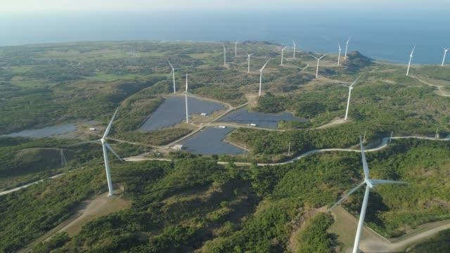 vídeos y material grabado en eventos de stock de granja solar con molinos de viento. filipinas - filipinas