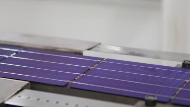 solar-panel-produktionslinie - halle gebäude stock-videos und b-roll-filmmaterial