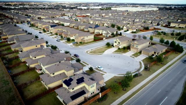 vídeos de stock e filmes b-roll de solar panel rooftops on homes and houses in new suburb - obras em casa janelas