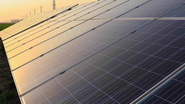 일출의 태양 전지 패널 장면, 재생 에너지. - 태양전지판 스톡 비디오 및 b-롤 화면