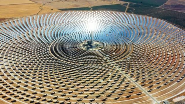 태양 전지 패널 은 재생 가능하고 무공해 에너지를 생산하기 위해 패널의 햇빛을 반사하는 원형 발전소 - 무인 항공기가있는 공중 보기 - 환경 개념 - 태양 에너지 스톡 비디오 및 b-롤 화면