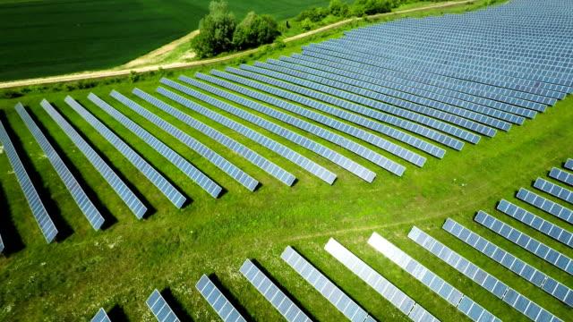 vídeos de stock e filmes b-roll de aérea : painéis solares de uma central de energia solar - equipamento solar