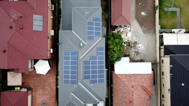 屋根の上のソーラー パネル。航空写真ビュー - 屋根点の映像素材/bロール