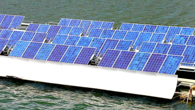 vídeos de stock, filmes e b-roll de painéis solares na água - flutuando na água