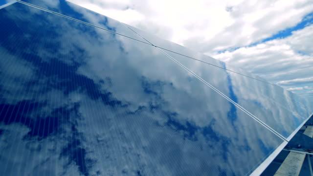 pannelli solari all'aperto, da vicino. concetto alternativo di energia verde. - energia sostenibile video stock e b–roll