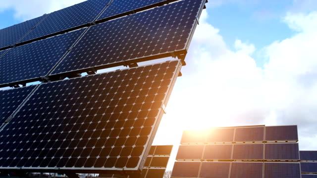 Solarpaneele mit Sonne, Zeitraffer – Video