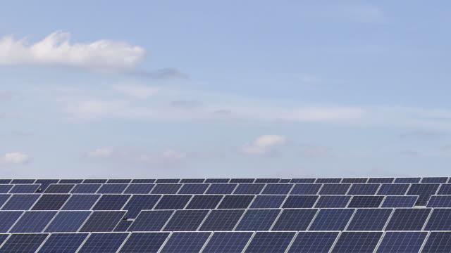 HD-Solar Park vor blauem Himmel (Zeitraffer – Video