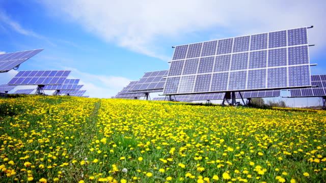 stabilimento di energia solare del sistema cardanico in primavera (4 k ultra hd/hd) - energia sostenibile video stock e b–roll