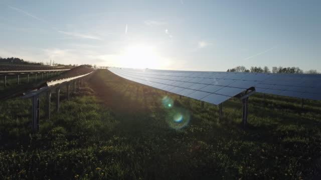 vídeos de stock e filmes b-roll de estação de energia solar aérea ao pôr do sol voo de cerimónia shot (4 k uhd) / - equipamento solar