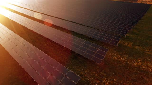 vídeos de stock e filmes b-roll de estação de energia solar aérea voo de cerimónia shot (4 k uhd) / - equipamento solar
