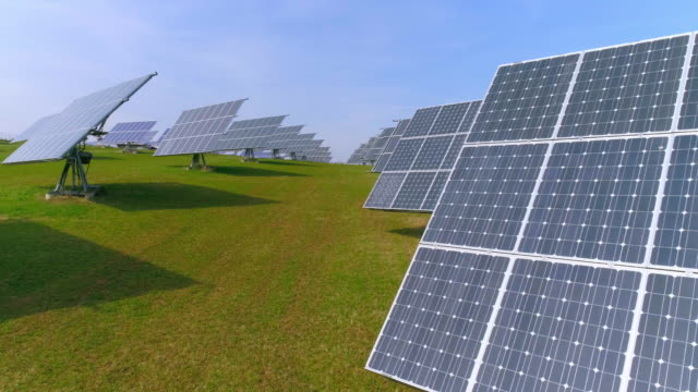 Solarkraftwerk mit drehbaren Platten Überführung – Video