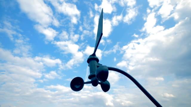 solvinden turbinen roterar långsamt i fria - barometer bildbanksvideor och videomaterial från bakom kulisserna