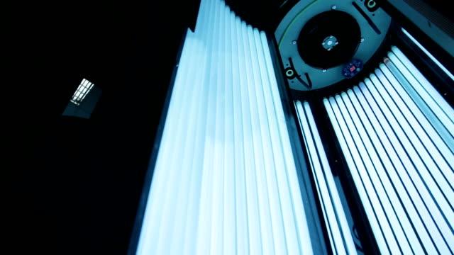 stockvideo's en b-roll-footage met solarium in het spa center - gebruind