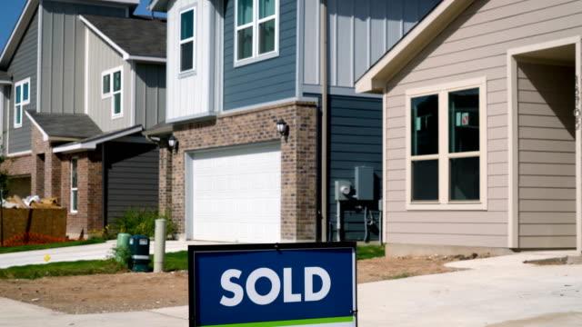Venden casas en el desarrollo de suburbio en Austin, Texas - vídeo