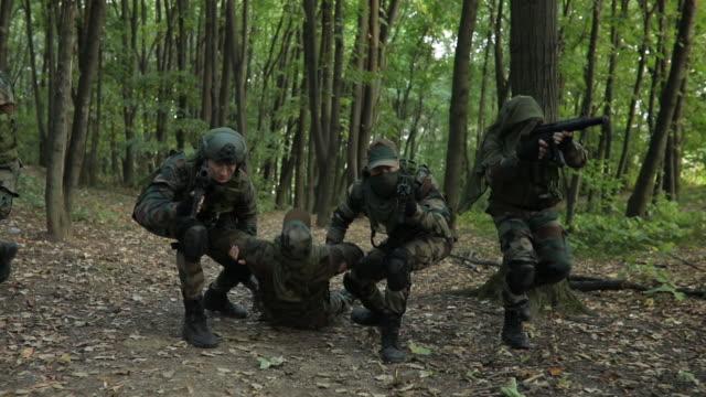 żołnierz zastrzelony na polu - rana filmów i materiałów b-roll