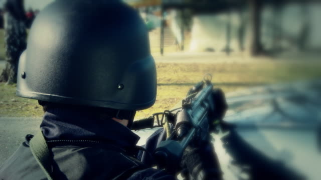 vidéos et rushes de hd: swat soldier en action - armement