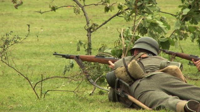 żołnierz w armii pistolet strzelanie 2- hd/pal - i wojna światowa filmów i materiałów b-roll
