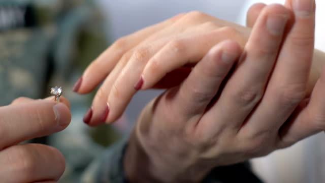 士兵把戒指放在女手上, 向女友求婚, 夫妻結婚 - 浪漫 個影片檔及 b 捲影像