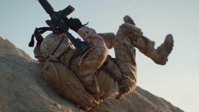 солдат катится вниз по склону. медленное движение. - рядовой стоковые видео и кадры b-roll
