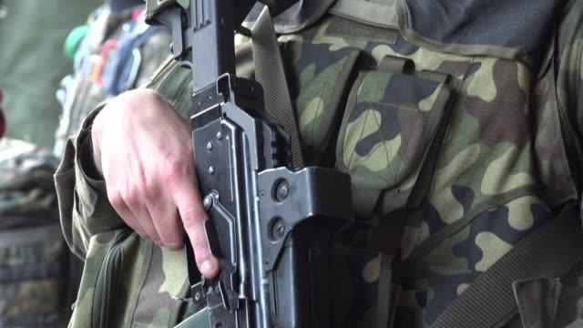 vidéos et rushes de soldat restant avec ses mains sur la mitrailleuse - mitrailleuse