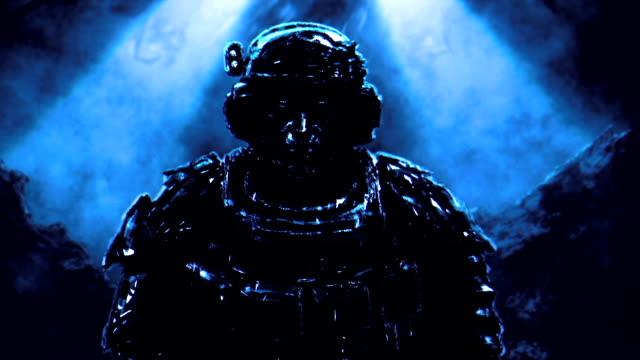 soldat steht vor dem hintergrund der raumschiff-landung. - negativ bildart stock-videos und b-roll-filmmaterial