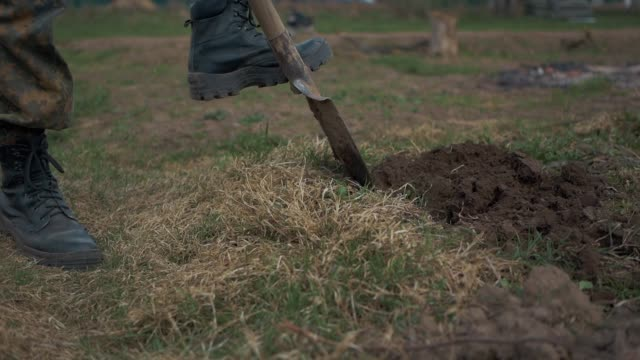 soldaterna gräva jorden - skyffel bildbanksvideor och videomaterial från bakom kulisserna