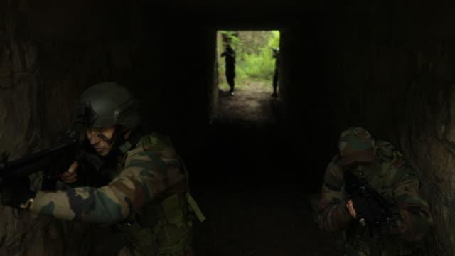放棄されたトンネルの兵士 - こっそり点の映像素材/bロール