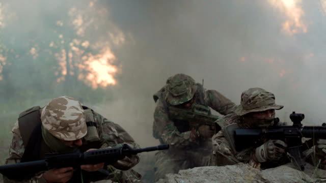 żołnierze w zasadzce strzelający wokół - ukraina filmów i materiałów b-roll