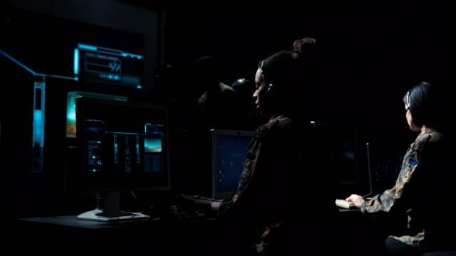vídeos de stock e filmes b-roll de soldiers in communications center launching missile - controlo