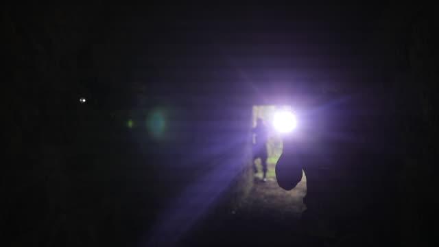 暗いトンネルの兵士 - こっそり点の映像素材/bロール
