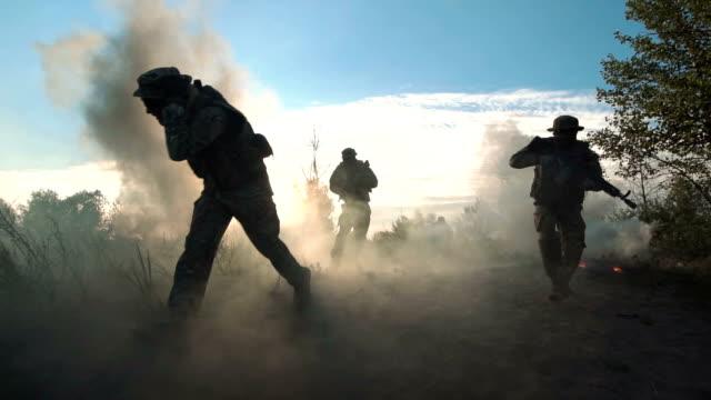 vídeos de stock, filmes e b-roll de soldados mortos no campo de batalha - conflito
